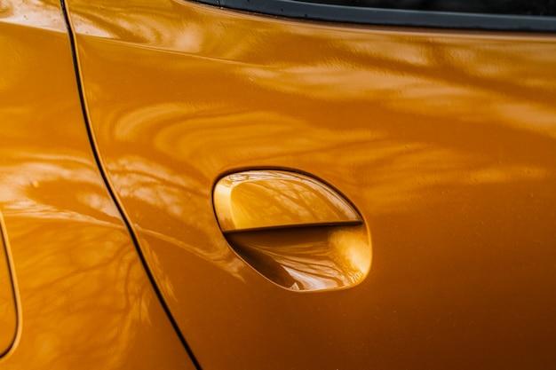 Poignée de porte de voiture moderne vue rapprochée. poignée sur la porte de la voiture de tourisme sans capteur.