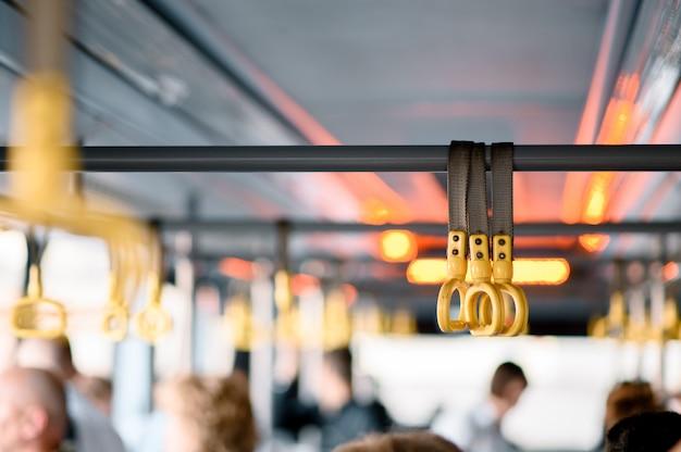Poignée suspendue pour les passagers debout dans un train moderne.