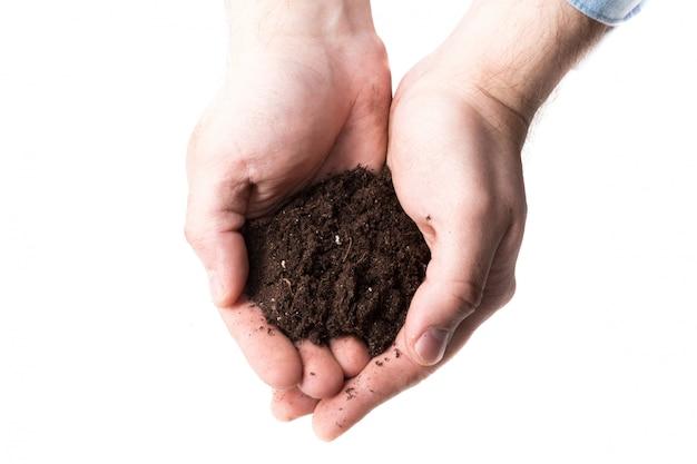 Poignée de terre brune riche