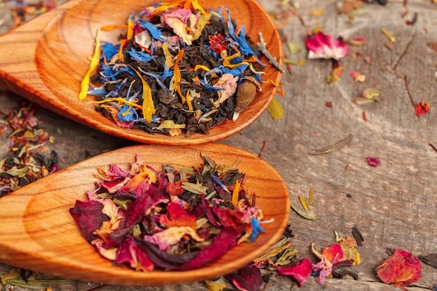 Poignée de thé naturel sur une surface en bois