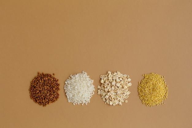 Poignées de céréales diverses riz et flocons d'avoine sarrasin et millet