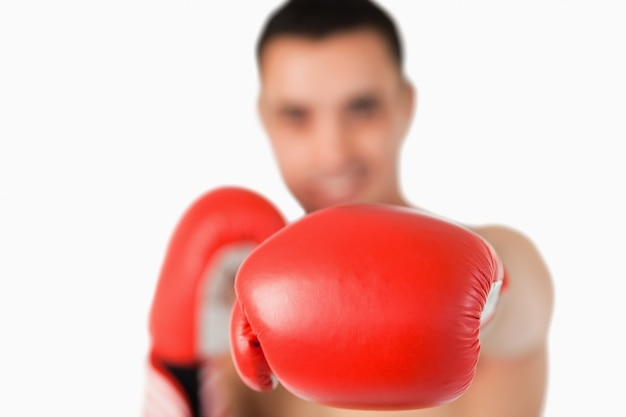 Poing gauche utilisé pour frapper le boxeur
