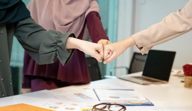 Poings humains se cogner ensemble, symbole de puissance et de succès