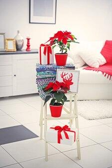 Poinsettia et décorations de fleur de noël sur l'échelle décorative avec des décorations de noël,