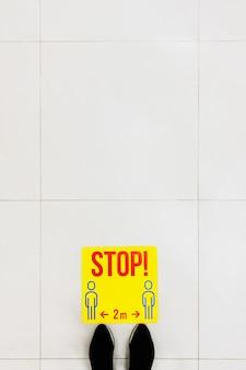 Point d'arrêt pour que le client garde ses distances dans le supermarché, pour éviter de propager la maladie lors de la transmission du covid-19. distanciation sociale. copiez l'espace pour le texte, vue de dessus.