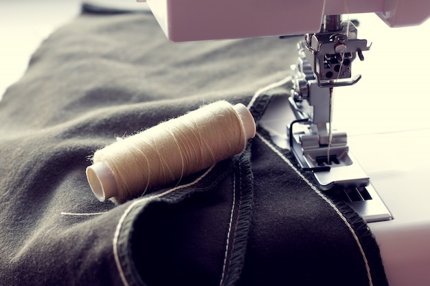 Point de chaînette sur le tissu