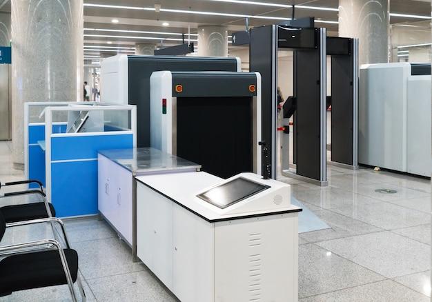 Point de contrôle de sécurité aéroportuaire avec détecteur de métal