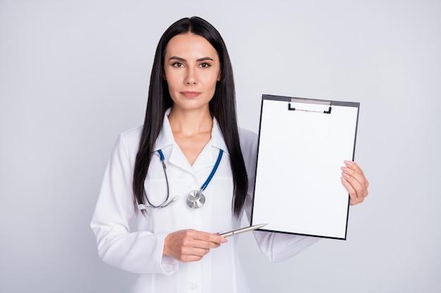 Point de dame doc professionnel avec stylo papier blanc sur presse-papiers