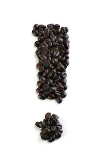 Point d'exclamation avec grain de café isolé sur blanc