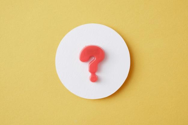 Un point d'interrogation dans un cercle blanc sur fond jaune concept de recherche de solution de questions et réponses