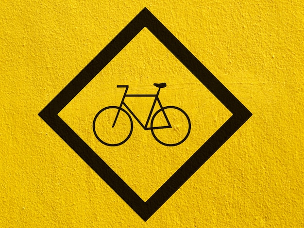 Un point noir de bicyclette peint sur un mur de stuc à l'extérieur