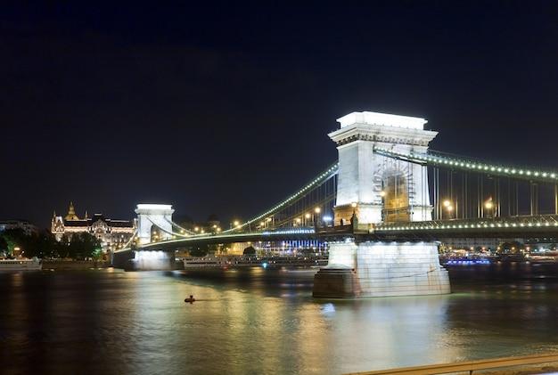 Point de repère hongrois, vue nocturne du pont des chaînes de budapest