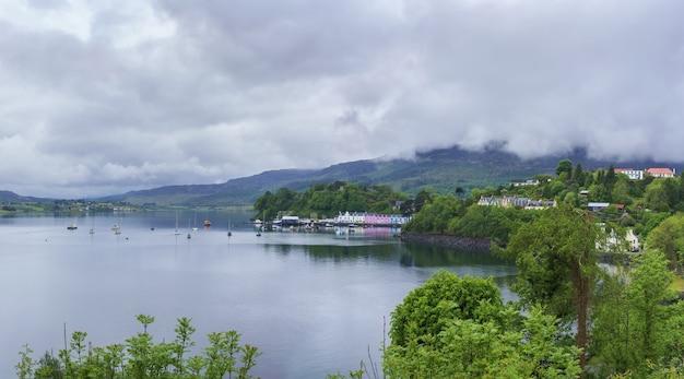 Point de repère panoramique du port de portree avec réflexion, île de skye, ecosse