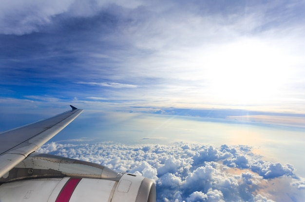 Point de vue aile de windows avion survolant les nuages ​​dans le ciel