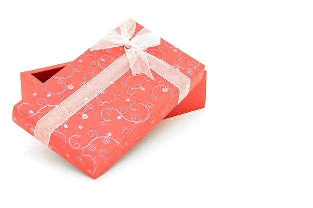 Point de vue de la boîte de cadeau de vacances rouge ouvert isolé avec sapce pour texte
