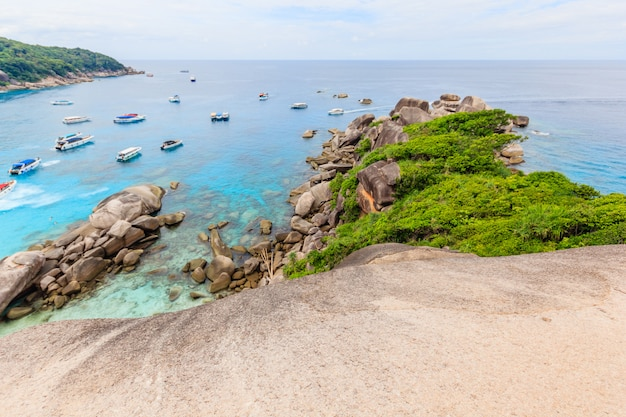 Point de vue sur l'île similan, belle mer cristalline sur une île tropicale, îles similan