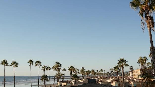 Point de vue de palmier à oceanside, en californie, au bord de l'océan pacifique, une station balnéaire tropicale, aux états-unis.