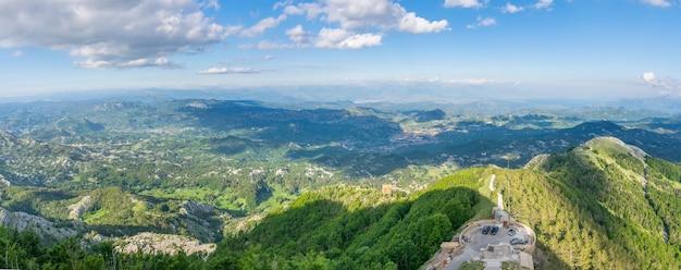 Point de vue panoramique au sommet de hautes montagnes.