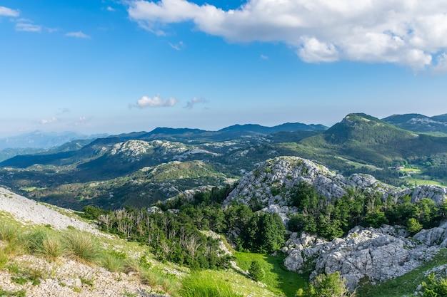 Le point de vue panoramique est au sommet d'une haute montagne.