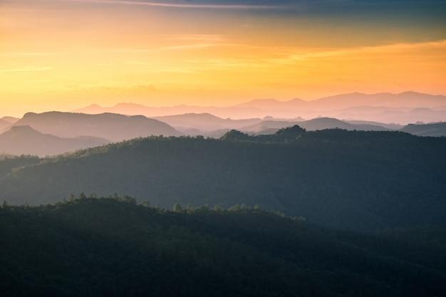 Point de vue paysage chaîne de montagnes