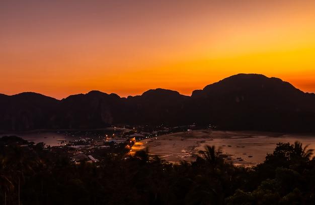 Point de vue phi phi don dans la soirée et le crépuscule à l'île phi phi à krabi, thaïlande