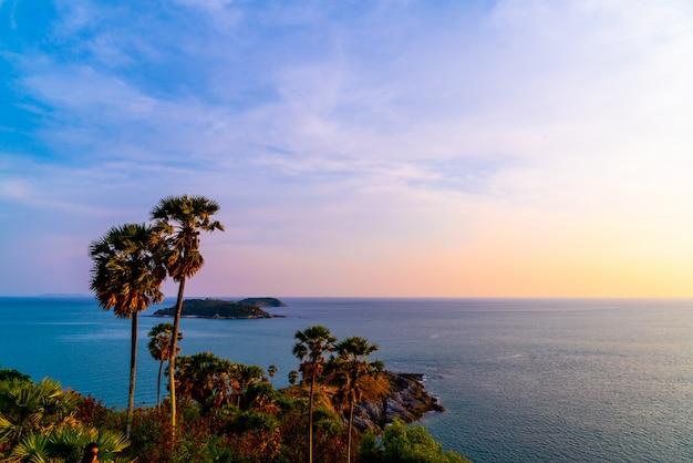Point de vue de phromthep cape avec ciel de crépuscule au coucher du soleil à phuket, thaïlande