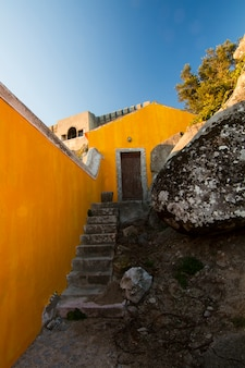 Point de vue le plus élevé de la région de sintra, santuario da peninha, portugal.