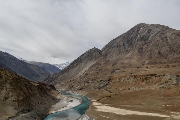 Point de vue de sangam avec une journée nuageuse à let ladakh