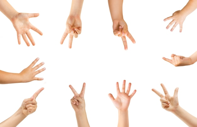 Pointant au centre. mains d'enfants gesticulant isolés sur fond de studio blanc, fond pour l'annonce. foule d'enfants faisant des gestes. concept d'enfance, d'éducation, de temps préscolaire et scolaire. signes et sens.