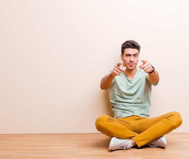 Pointant vers l'avant la caméra avec les deux doigts et l'expression en colère, vous disant de faire votre devoir