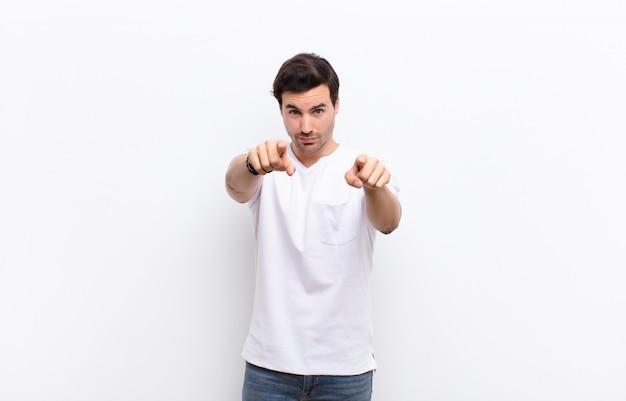 Pointant vers l'avant avec les deux doigts et une expression de colère, vous disant de faire votre devoir