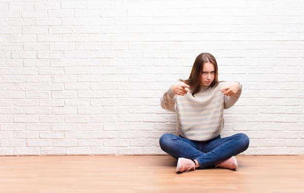 Pointant vers l'avant avec les deux doigts et l'expression en colère, vous disant de faire votre devoir
