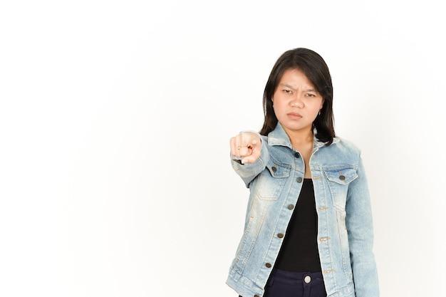 Pointant sur vous et l'expression du visage en colère d'une femme asiatique portant une veste en jean et une chemise noire