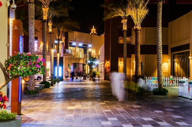La pointe, dubaï, émirats arabes unis. la pointe , un nouveau centre commercial ayant des restaurants, des cafés et des boutiques à palm jumeirah, duba, émirats arabes unis