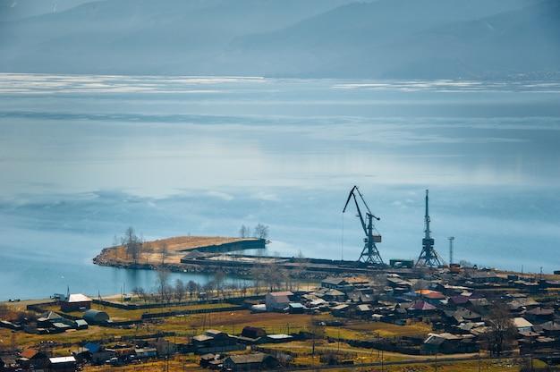La pointe ouest du lac baïkal, surplombant la ville de kultuk, en russie.