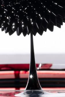 Pointe pointue avec métal miroir ferromagnétique abstrait