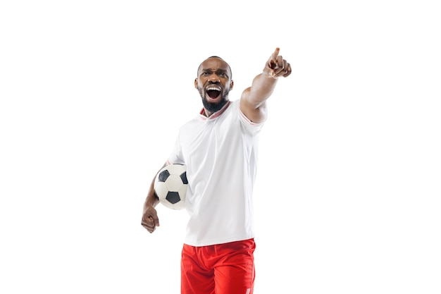 Pointer, crier. football professionnel, joueur de football isolé sur le mur du studio blanc.
