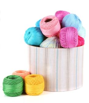 Pointes de fil pour le tricot au crochet dans une boîte isolated on white