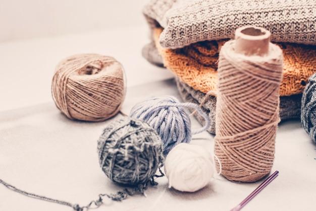 Pointes de laine de couleur pour le tricotage sur fond blanc