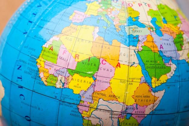 Points de destination de voyage sur une carte indiquée avec des punaises colorées