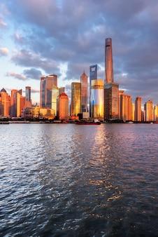 Les points de repère de shanghai avec la rivière huangpu