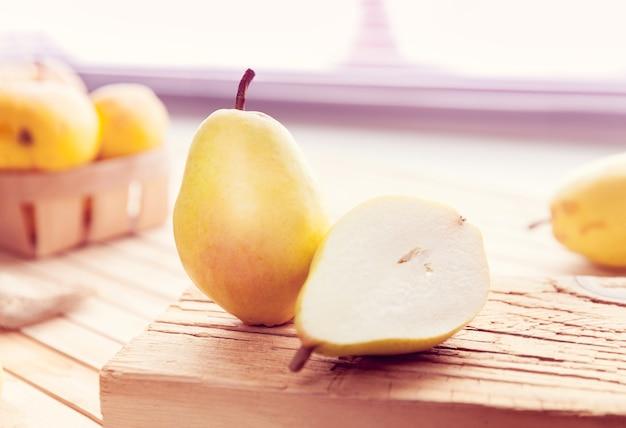 Poire coupée en deux sur une surface en bois