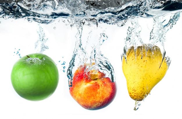 Poire et pomme tombant dans l'eau