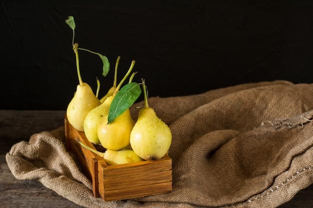 Poires biologiques mûres fraîches sur la table en bois, végétalien, aliment de régime. récolte d'automne. fruits juteux o