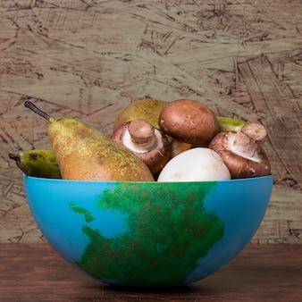 Poires et champignons dans un bol