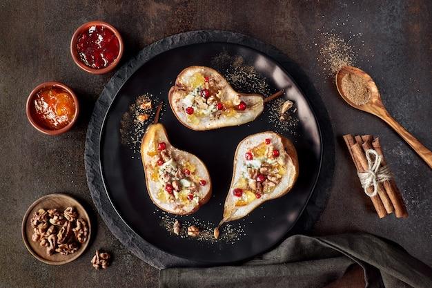 Poires cuites au four avec du fromage bleu, des noix et de la confiture