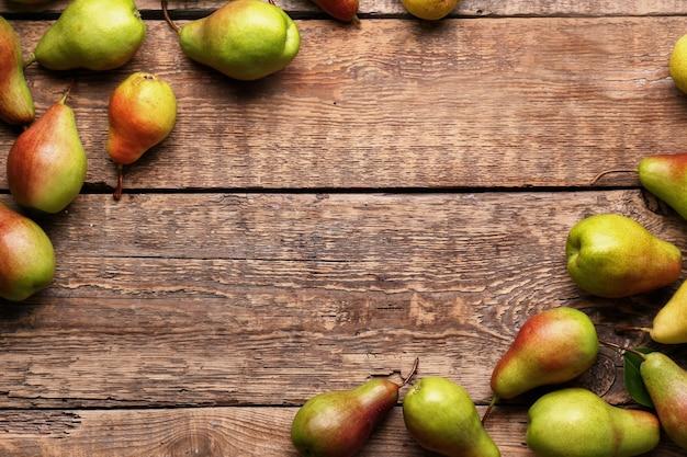 Poires douces mûres sur table en bois