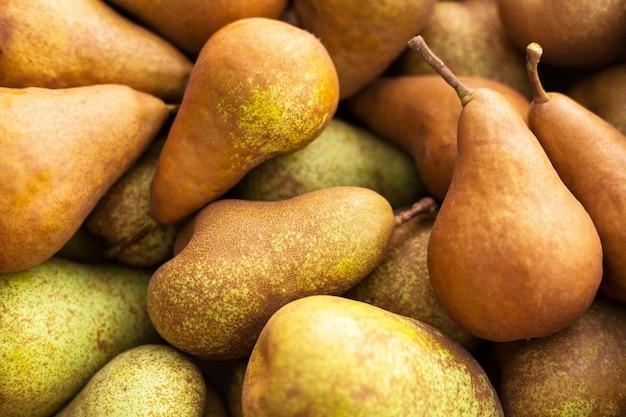 Des poires. fond naturel de poires mûres brunes juteuses fraîches. gros plan de poires en boîte.