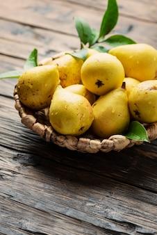Poires jaunes douces fraîches