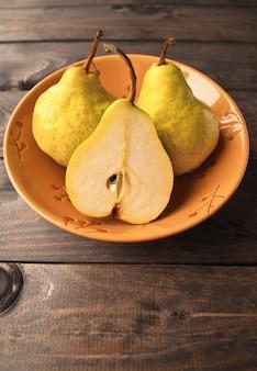 Poires jaunes fraîches